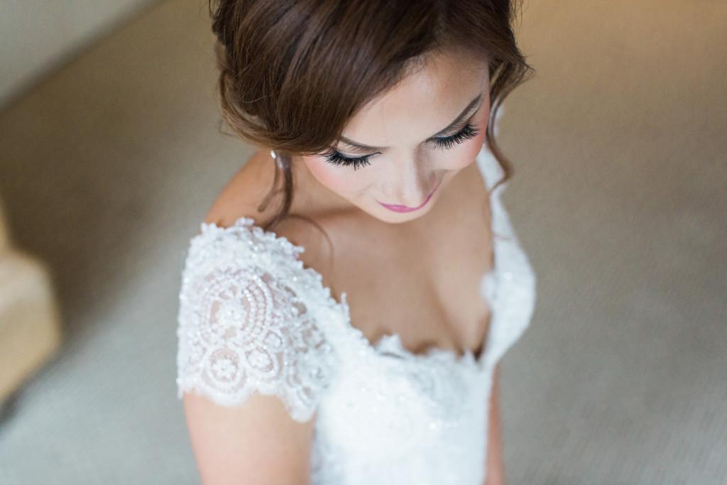 015-bride-portrait-during-wedding-preparations