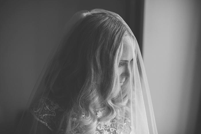 wedding photographer veil black & white