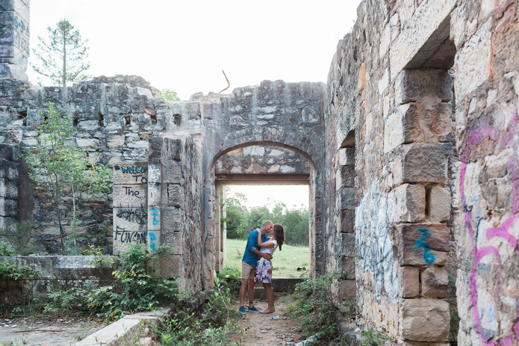 039-blue-mountains-romantic-couple-kissing-in-abandoned-house