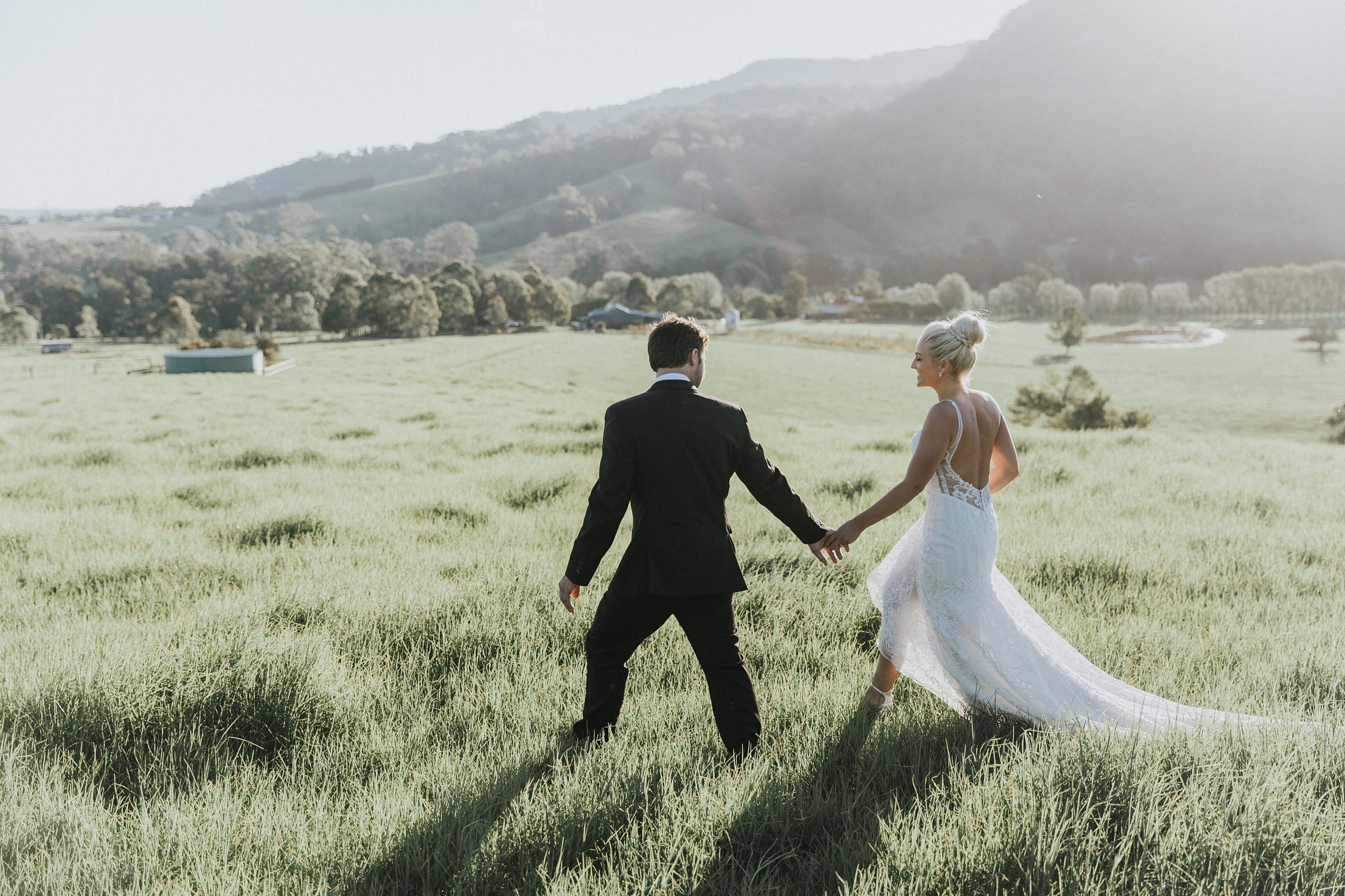 warm sunset photos of bride and grrom on kangaroo valley wedding day
